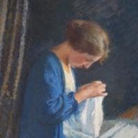 Jeune fille en bleu cousant sur son lit