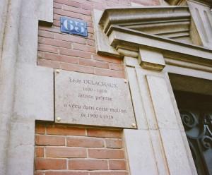 Plaque commémorative posée sur la façade du 65, avenue Jean-Jaurès, Saint Amand-Montrond