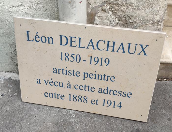 Avant d'être posée sur la façade du 20 rue Durantin, à Montmartre